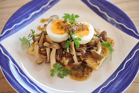 油揚げときのことゆで卵の温サラダ